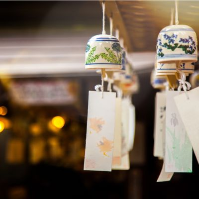 Ceramic wind chimes in the southwest are auspicious for couples