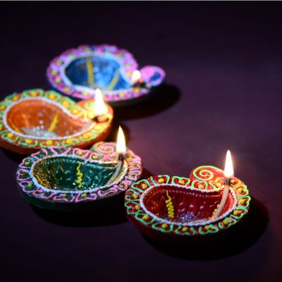 De- 'light' Your Guests With Painted Diyas