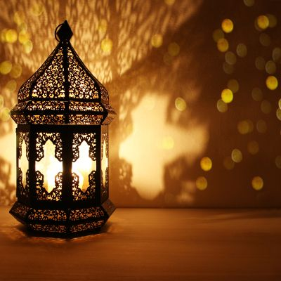 These Arabic lanterns are used to give a vintage look to a party.