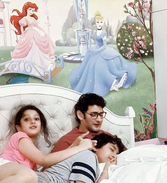 mahesh babu relaxing at home with his kids